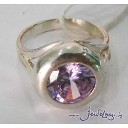 Серебряное кольцо с фиолетовым цирконом.